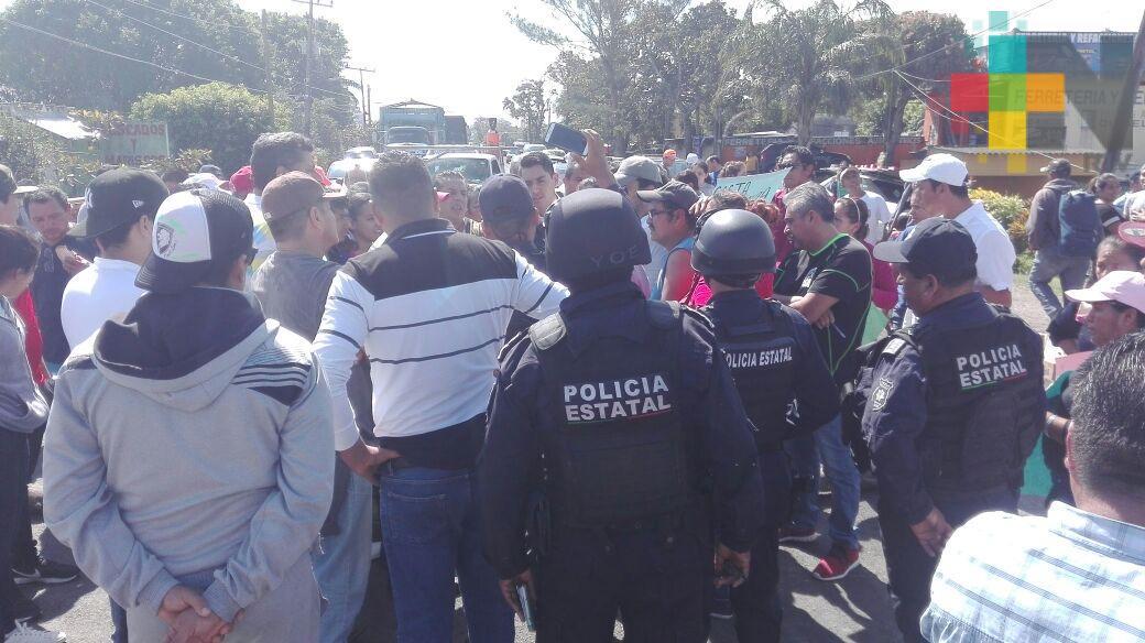 Bloquean la carretera costera en Tecolutla para exigir su rehabilitación; Policía antimotines ya vigila la protesta