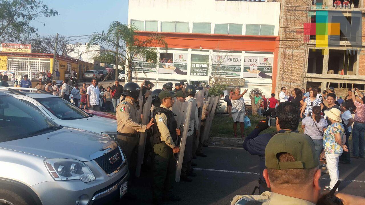 Antimotines retiran a vecinos que bloquearon la carretera Boca del Río-Antón Lizardo, entre ellos a Rogerio Pano