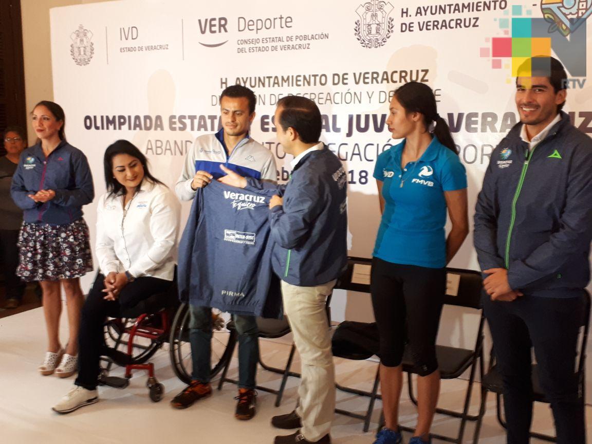 Entregan uniformes a deportistas que representarán al municipio de Veracruz en Olimpiada Estatal
