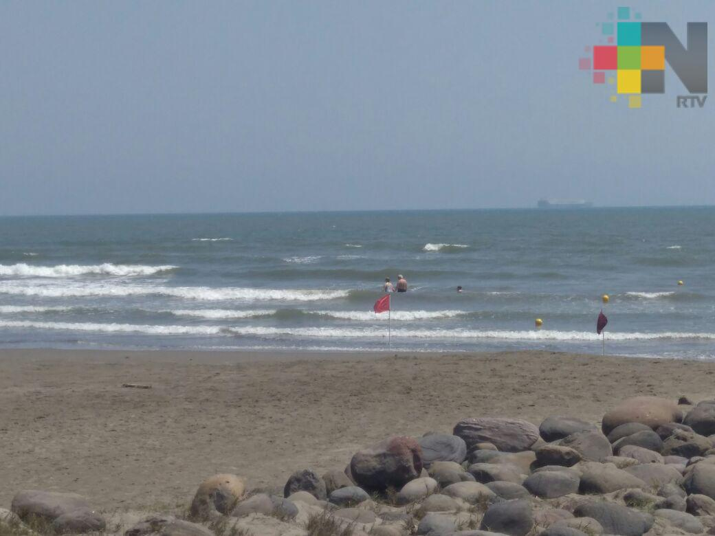 Instalan banderas rojas en playas de Boca del Río; rescatan a seis personas