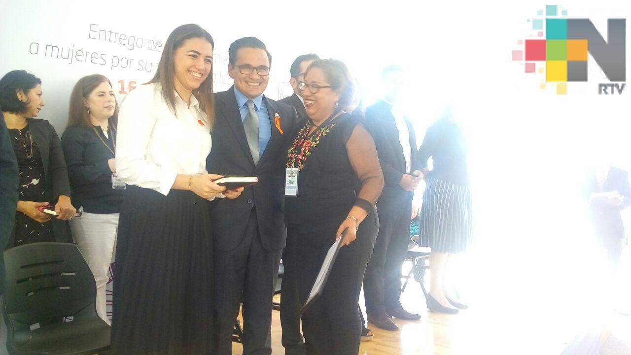 Entregan reconocimientos por trayectoria laboral a mujeres de la FGE