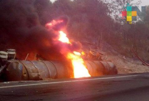 Vuelca pipa en autopista Puebla-México; solo pérdidas materiales reportan