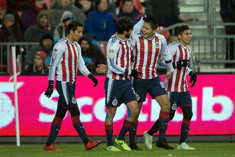 Chivas gana 2-1 a Toronto FC y está cerca de levantar la Concachampions