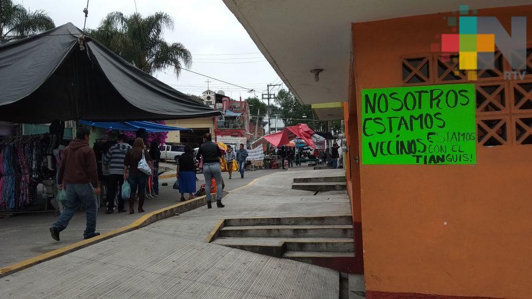Vecinos apoyan permanencia del tianguis del salón Bazar, en Xalapa