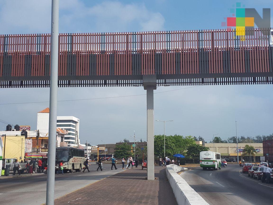 Sólo tres de cada 10 personas usan los puentes peatonales