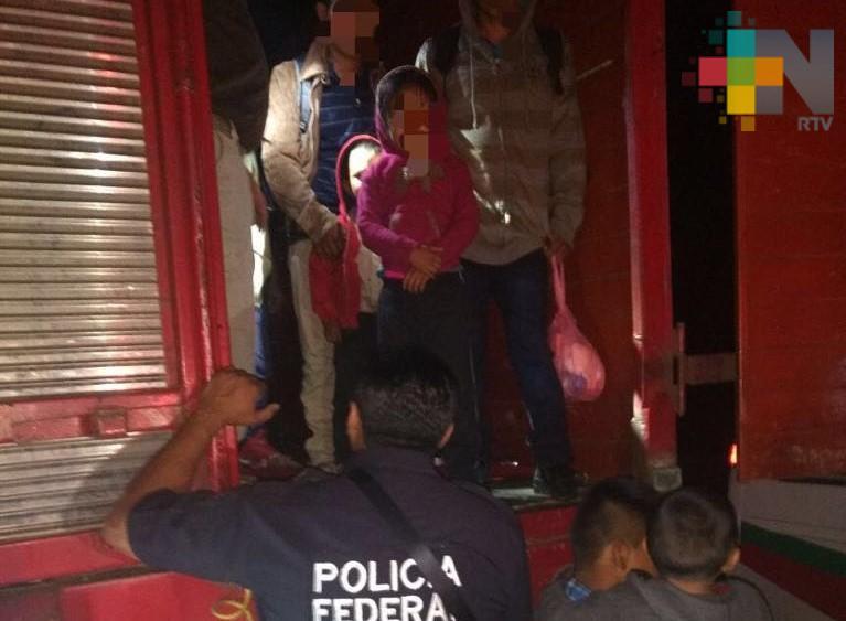 Rescata PF 103 migrantes en Acayucan; viajaban en camión de redilas