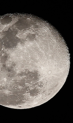 China lanza satélite para explorar la cara oculta de la Luna