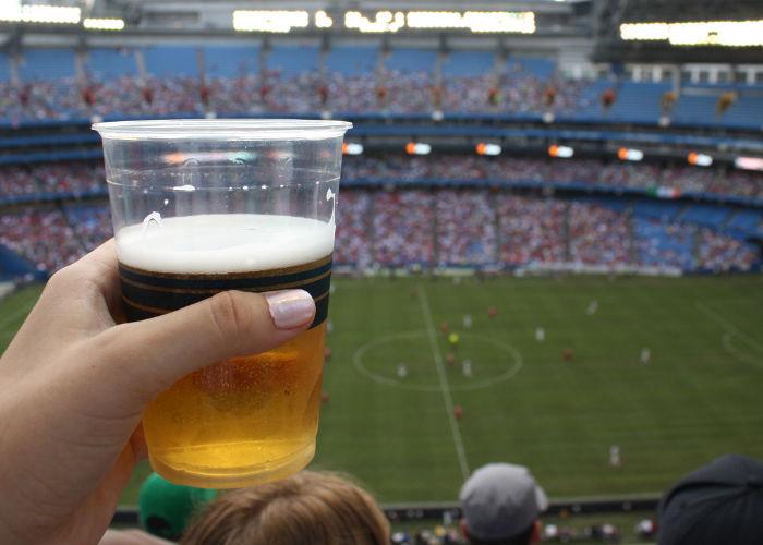 Se quejan de restricciones a la venta de cerveza en la Copa de Fútbol