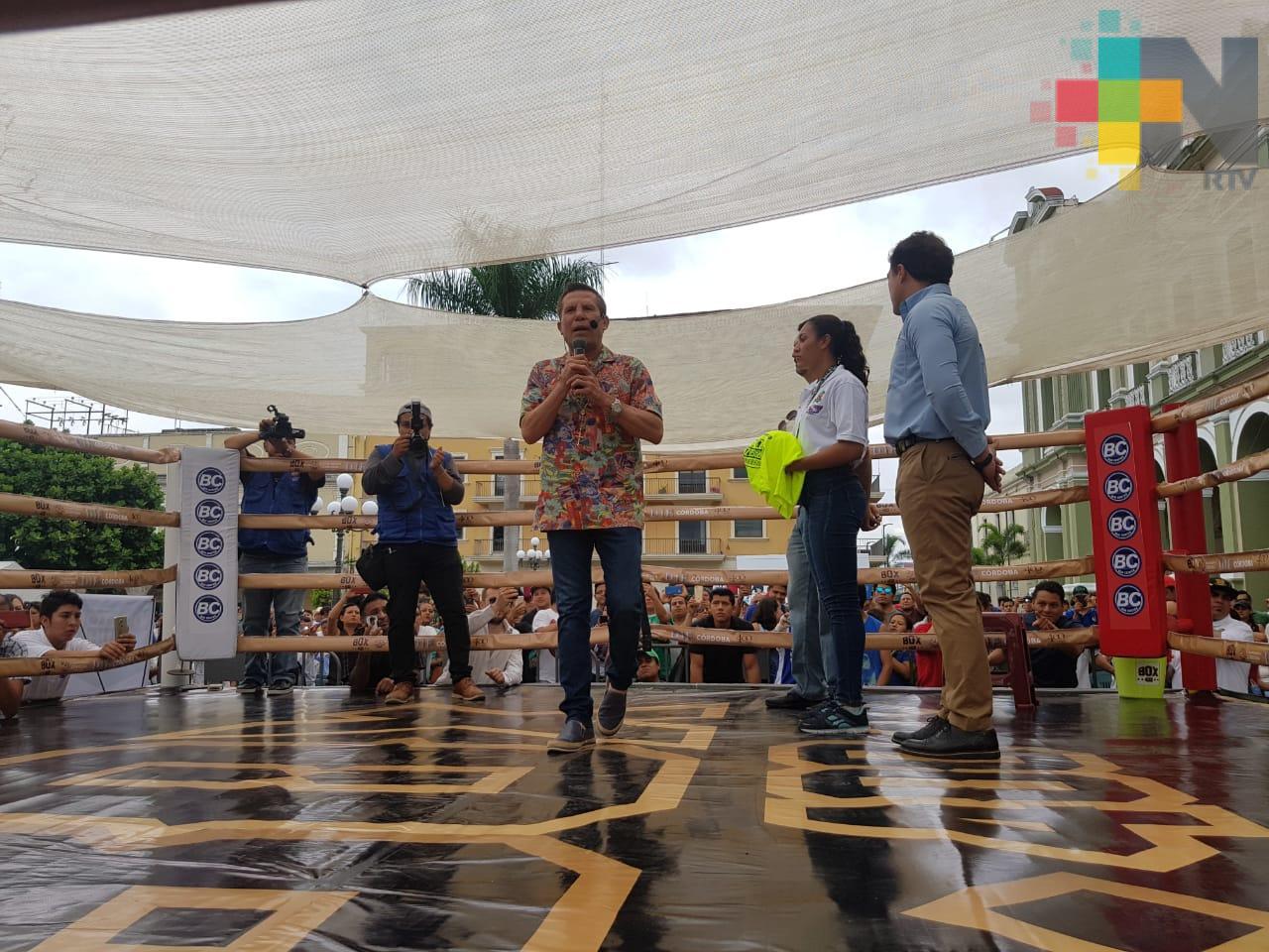 Julio César Chávez ofreció charla motivacional a jóvenes cordobeses