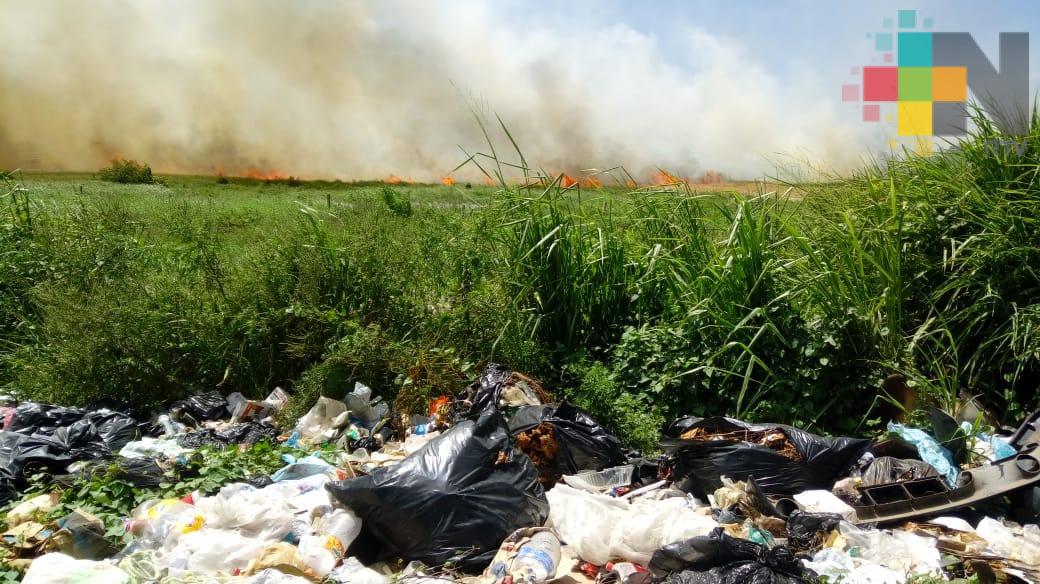 Sin controlar incendio en basurero de Las Matas