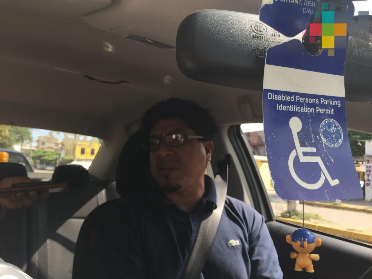 Taxista sin movilidad en piernas crea dispositivo para manejar su unidad