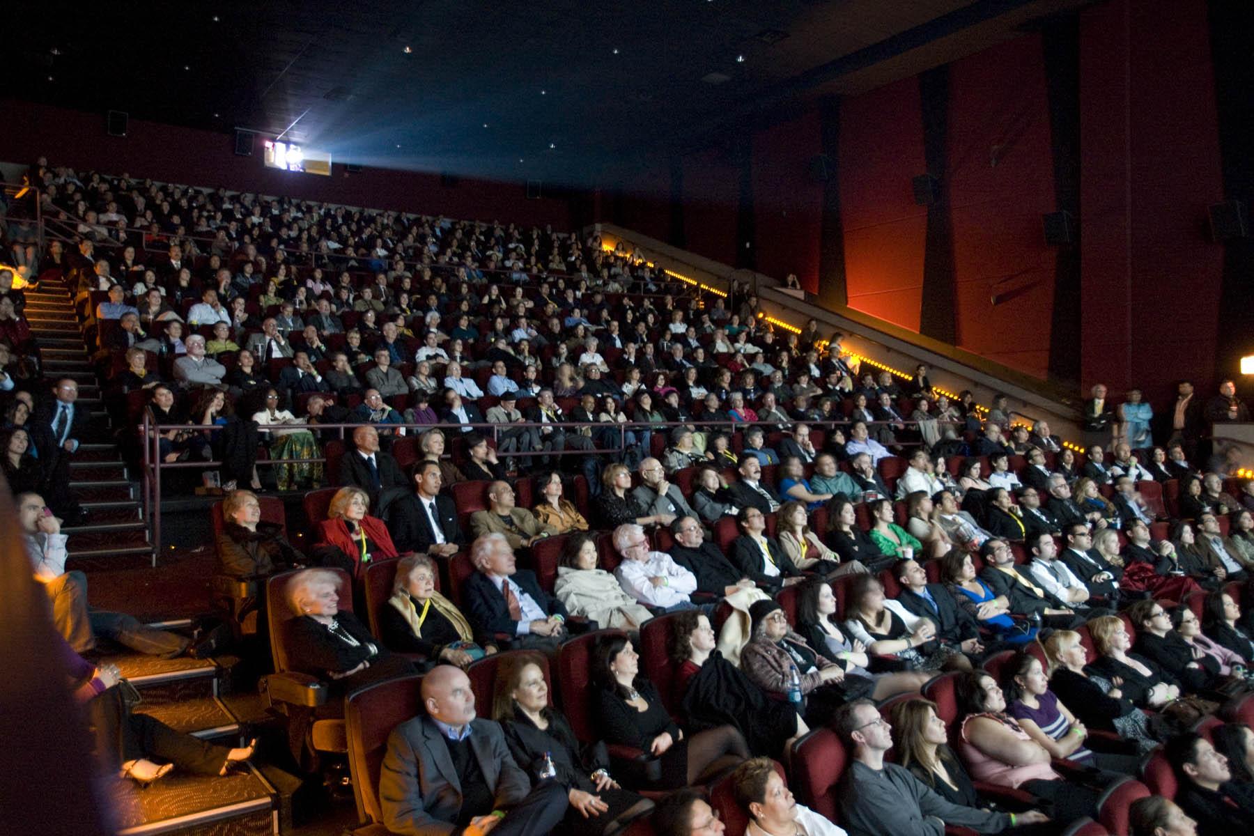 Abaratar boletos llevará al público a ver cintas nacionales: cineastas