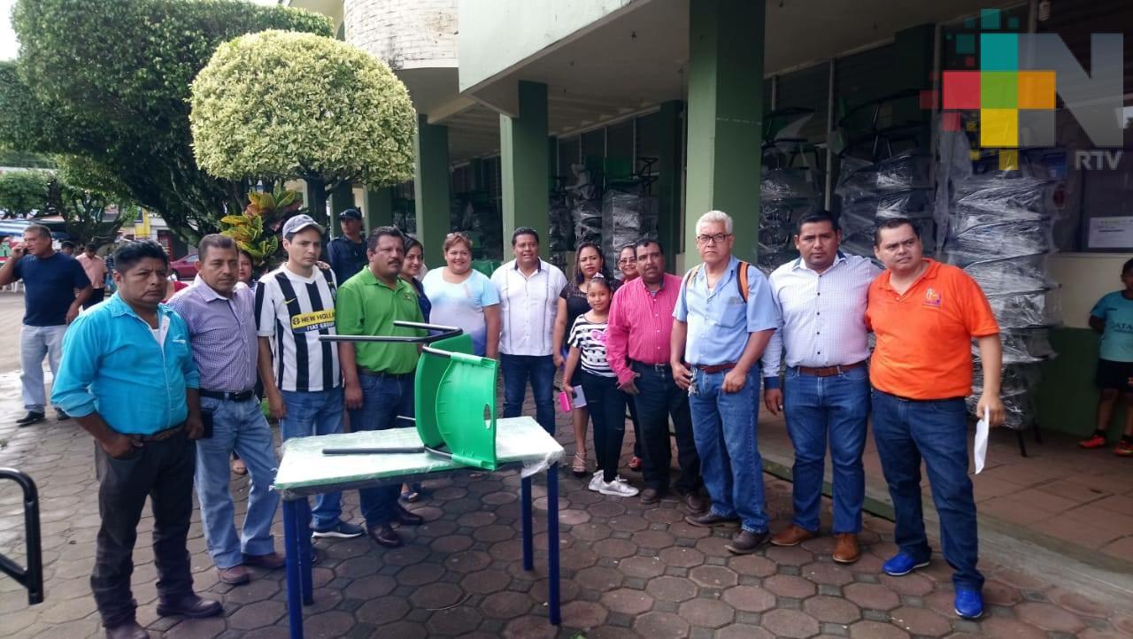 Ayuntamiento de Tres Valles entrega beneficios en el rubro educativo