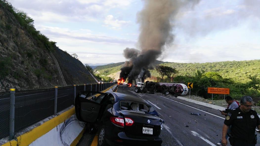 Cierran ambos sentidos de Autopista del Sol por incendio de tráiler