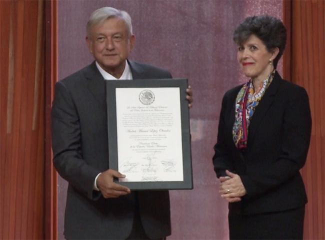 López Obrador recibe constancia de mayoría, ya es presidente electo