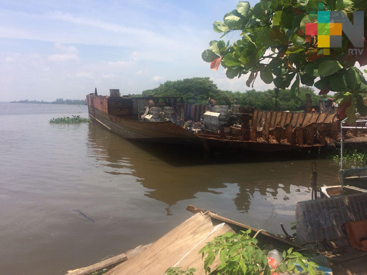 Pescadores denuncian escurrimiento de combustible hacia el río Coatzacoalcos