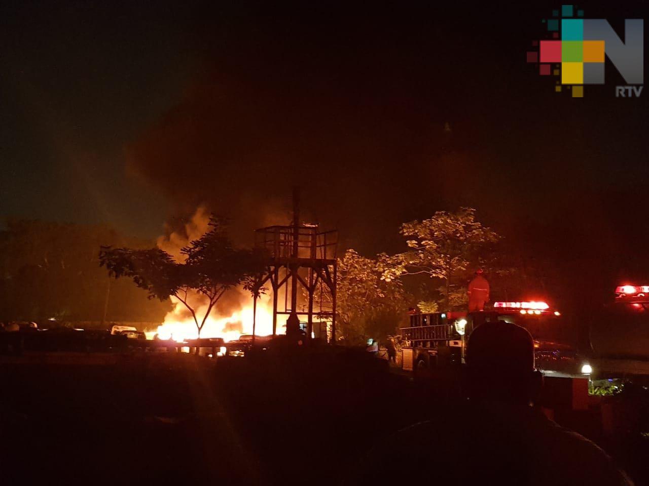 Pemex sofoca incendio en área de vehículos en desuso, en Minatitlán