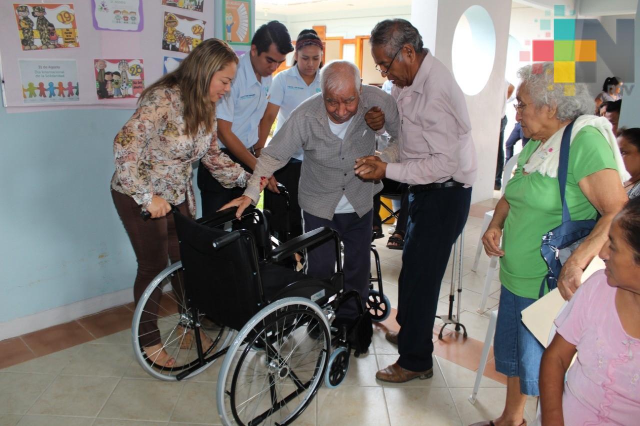 Entrega DIF de Misantla sillas de ruedas a personas con discapacidad