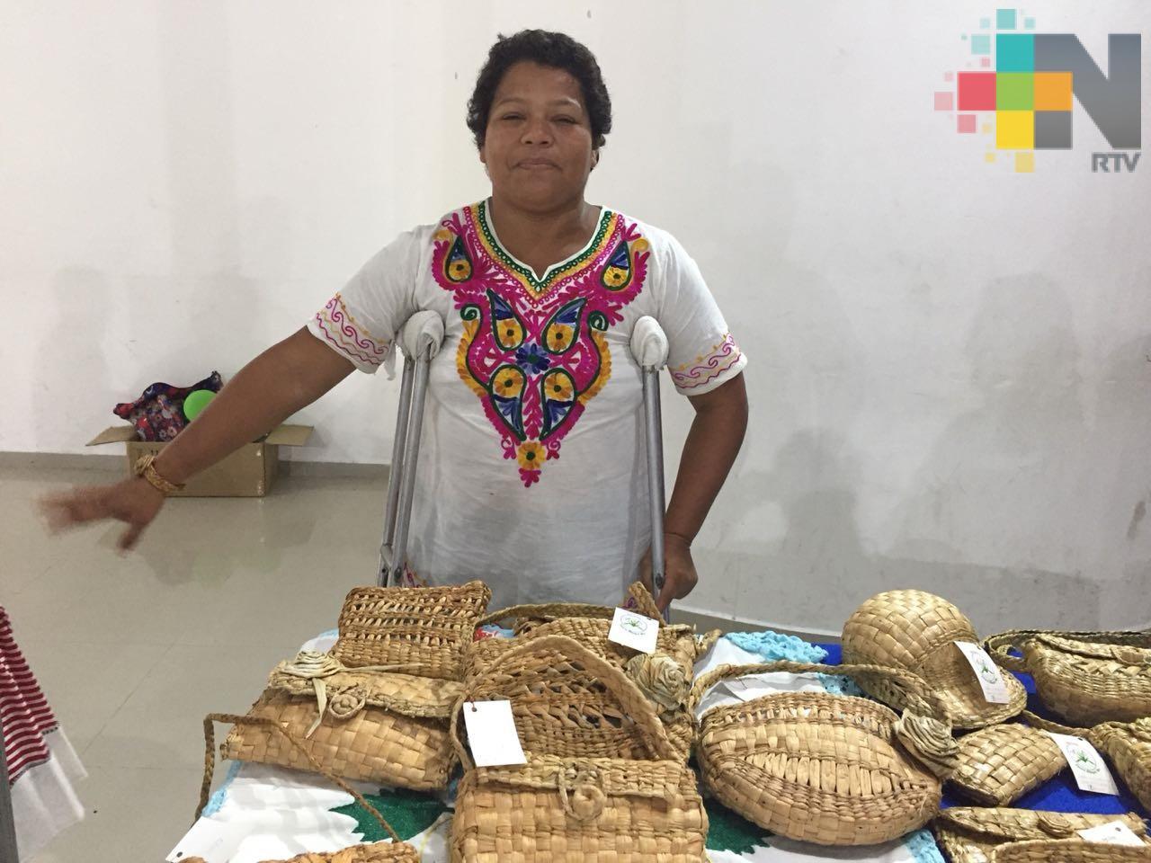 Personas con discapacidad se autoemplean haciendo artesanías