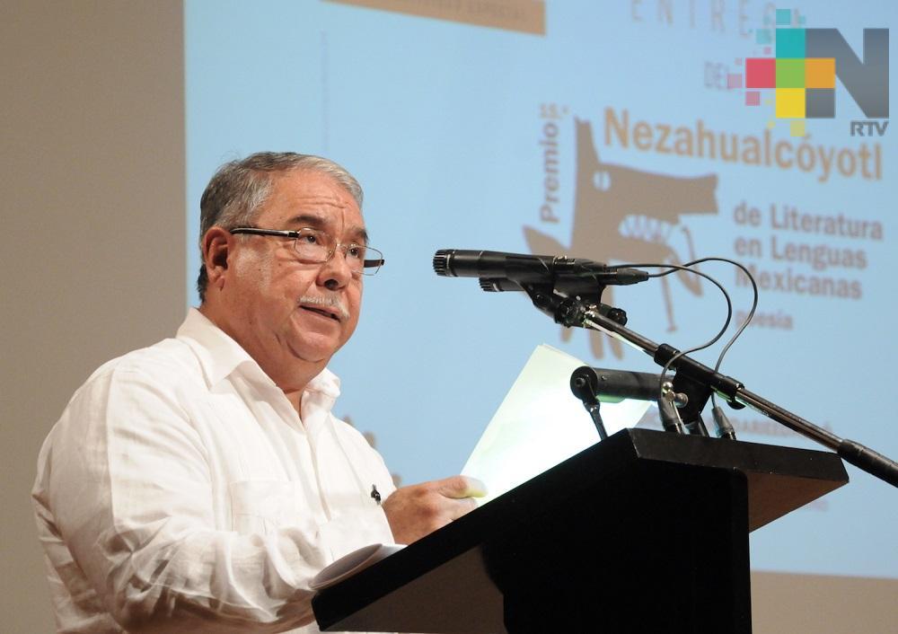 El poeta zapoteca Esteban Ríos Cruz recibe el Premio Nezahualcóyotl