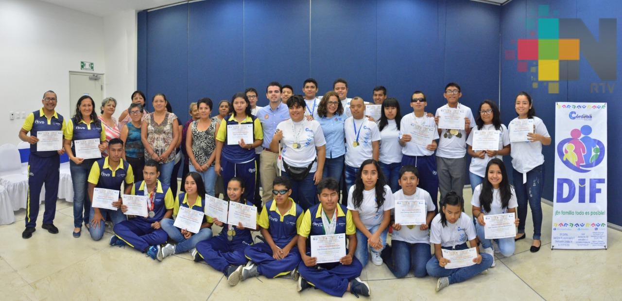 Entrega DIF de Córdoba reconocimiento a atletas paralímpicos