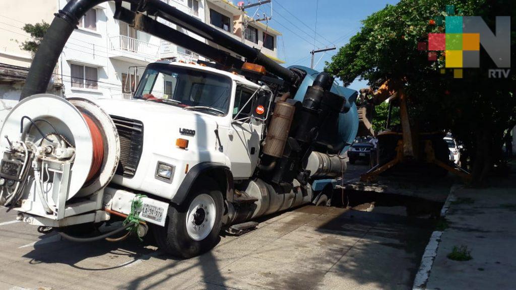 Vactor del Grupo MAS cae en hundimiento de avenida de la ciudad de Veracruz