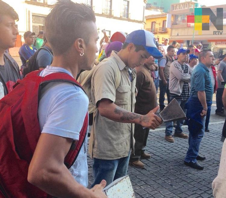 En Xalapa trabajadores de Limpia Pública cierran calle de Enríquez