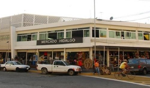 Ciudadanos exigen reparen calles de las inmediaciones del mercado Hidalgo del municipio de Veracruz