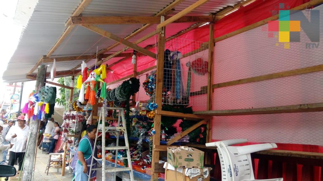 Se instalan locatarios de mercado Coatzacoalcos en banquetas para vender artículos navideños
