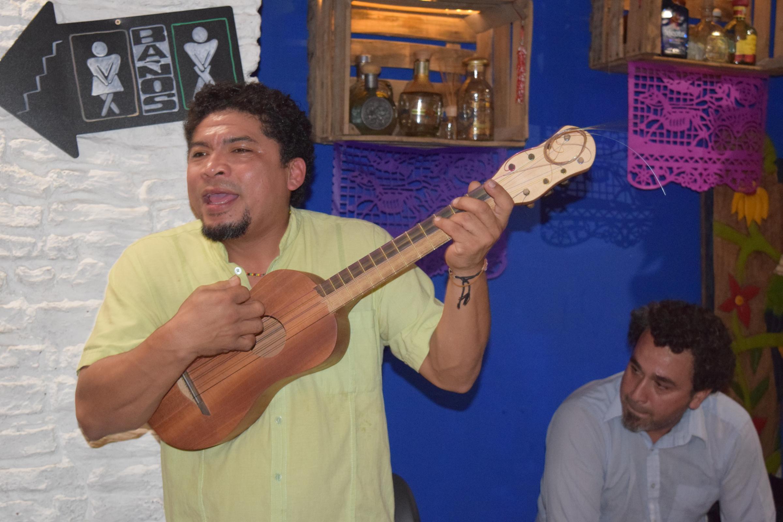Promueve mexicano Noé González un muy vivo son jarocho en Europa