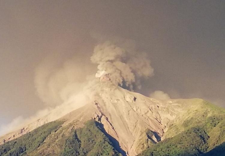 Quinta erupción del volcán de Fuego afecta a más de 76 mil personas