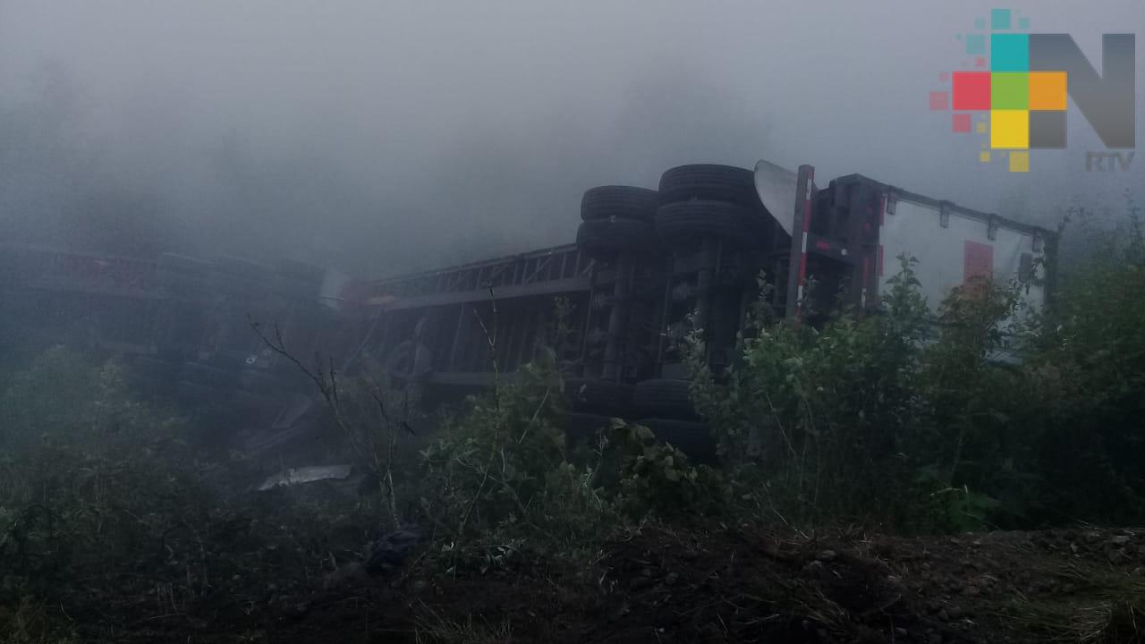 Vuelcan dos tráileres en la autopista Puebla-Cordoba; no hay víctimas humanas