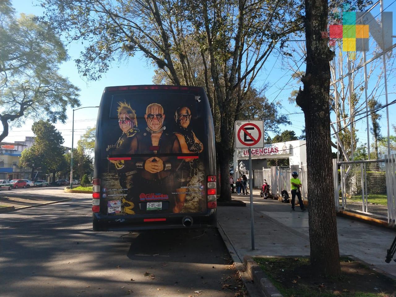 Camión del grupo Los Caracoles alberga a familiares de enfermos del CAE, en Xalapa