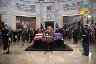 Trump, Obama, Clinton y Carter en la misma banca para honrar a Bush