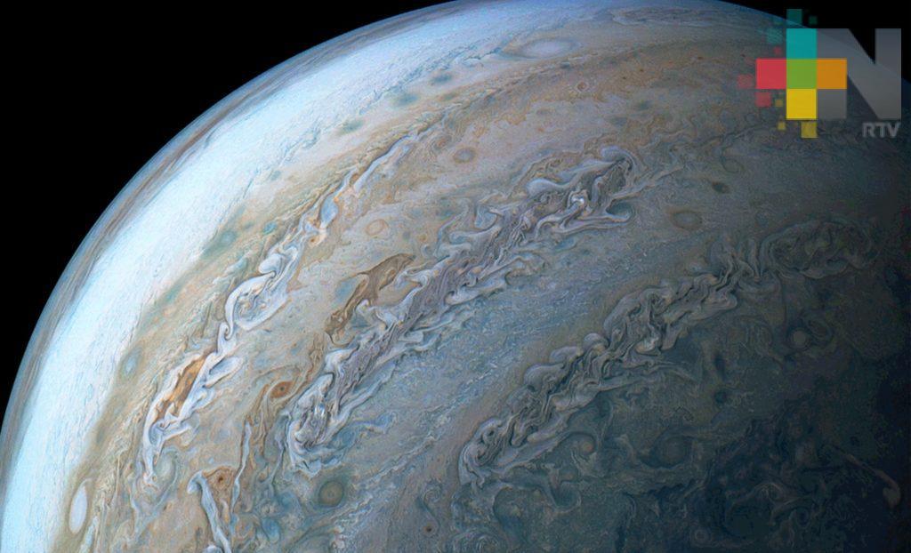 """NASA muestra """"delfín"""" nadando en Júpiter"""