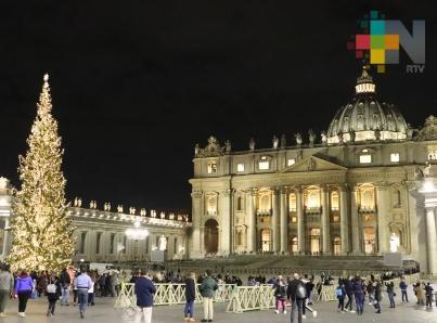 Al son de villancicos iluminan árbol y develan nacimiento en Vaticano