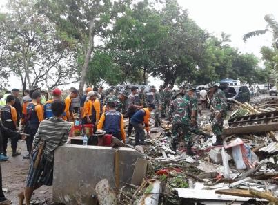 Sismo azota Indonesia a un día del tsunami que dejó 222 muertos