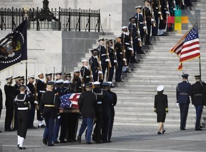 Trump rinde homenaje a George H.W. Bush en el Capitolio