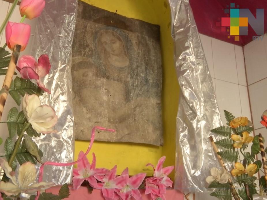 Vecinos de Coatepec rezan a una lámina donde aseguran se apareció la virgen