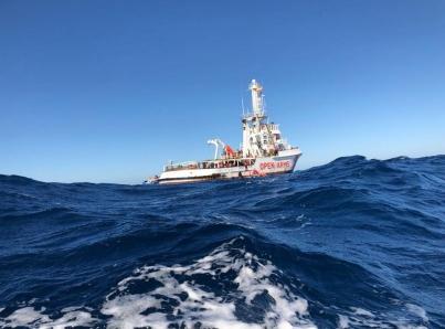 Niega Italia permiso para atracar a barco con 33 migrantes