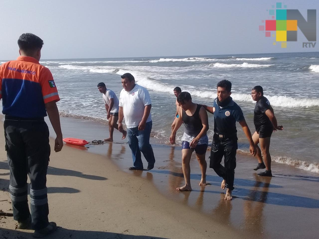 Policías salvan a estudiante de ahogarse en playa de Villa Allende