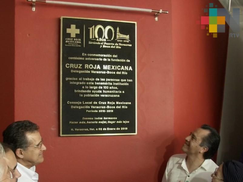 Develan placa conmemorativa por cien años de la Cruz Roja delegación Veracruz
