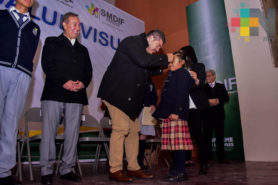 Entrega SEV apoyos visuales a más de mil niñas y niños de Perote