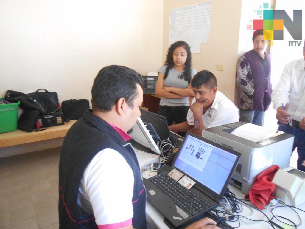 INE realiza campaña de fotocredenciales en la sierra de Huayacocotla