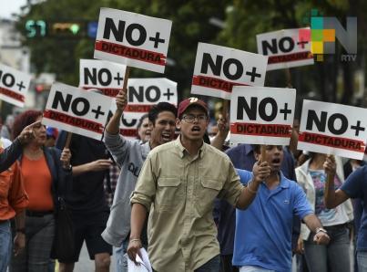 Miles de personas se manifiestan en toda Venezuela para apoyar a Guaidó