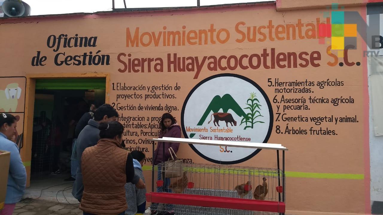 Entregan aves de corral a mujeres de Huayacocotla