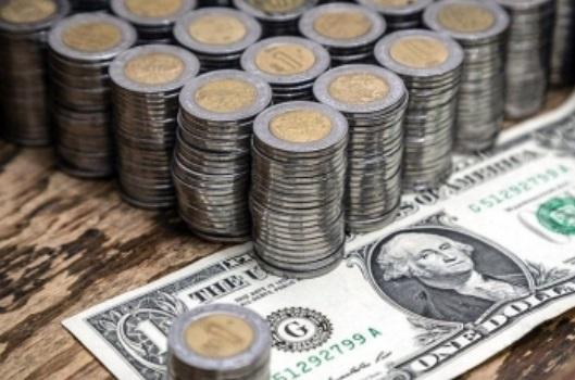 Peso pierde tras rebaja en calificación de la deuda mexicana