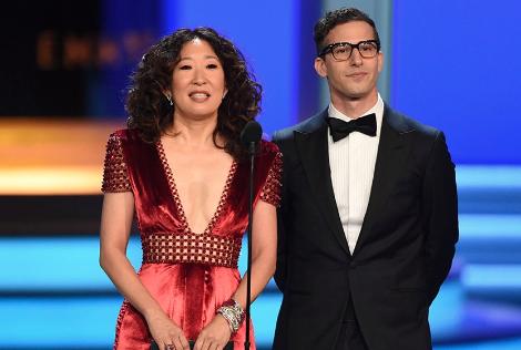 Sandra Oh y Andy Samberg desenrollan alfombra roja de los Globos de Oro