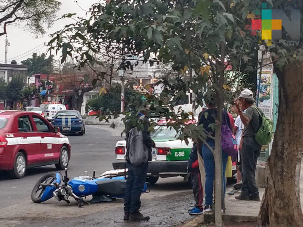 Motociclista lesionado tras chocar con taxi en Xalapa