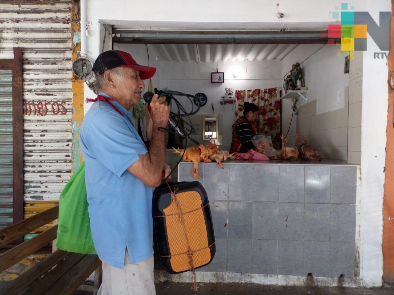 Alejandro Rivas, locutor callejero en Coatzacoalcos